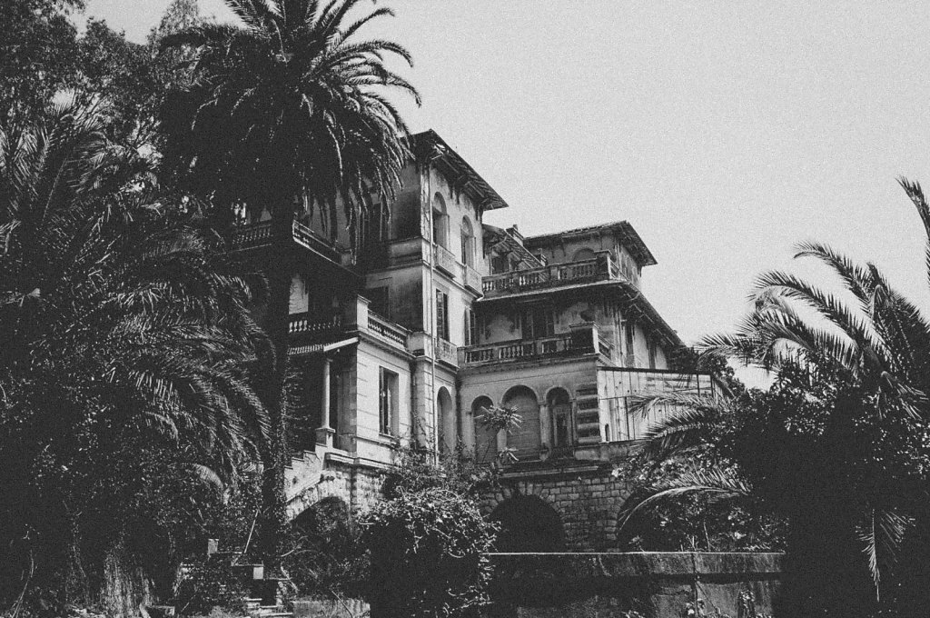 Abandoned-mansion.jpg